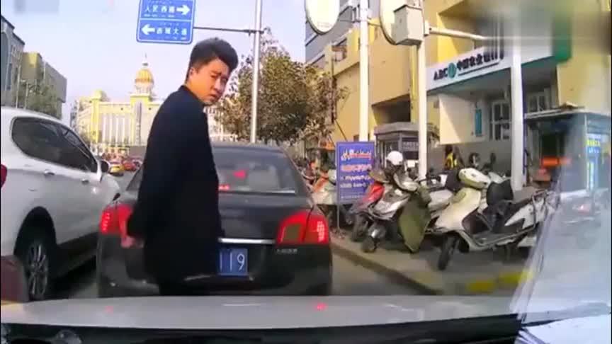 男子嚣张强行加塞,女司机忍无可忍直接怒了