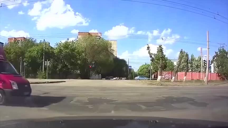 开车掉头要注意观察四周否则造成交通事故害人害己