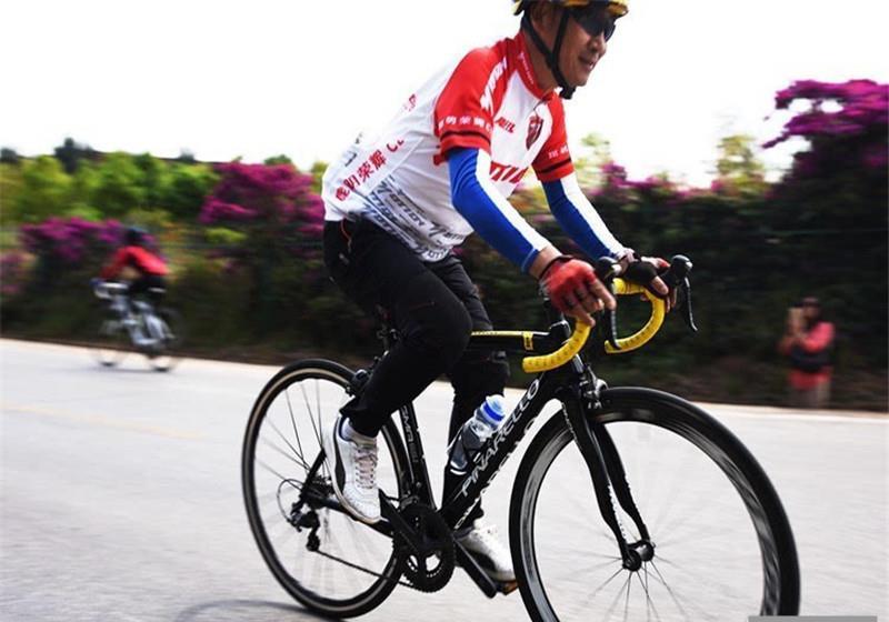 宝马别倒自行车,几百块钱想私了,自行车主:你就准备卖车吧!