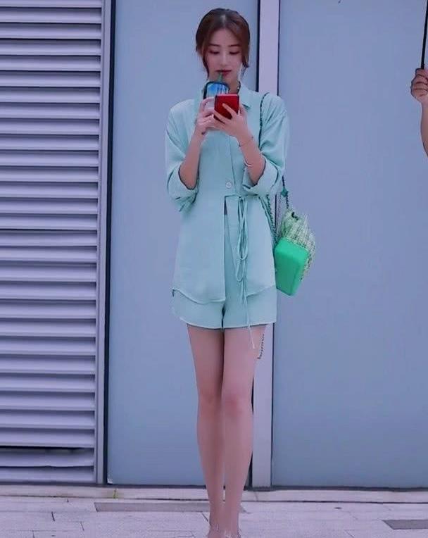 """时尚街拍:小姐姐换上一双""""胶布鞋""""轻松穿出漫画腿,时髦又吸睛"""
