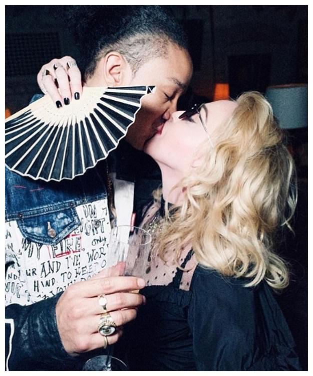 61岁麦当娜爱得好勇敢!和25岁小鲜肉男友甜蜜亲吻,穿蕾丝裙真嫩