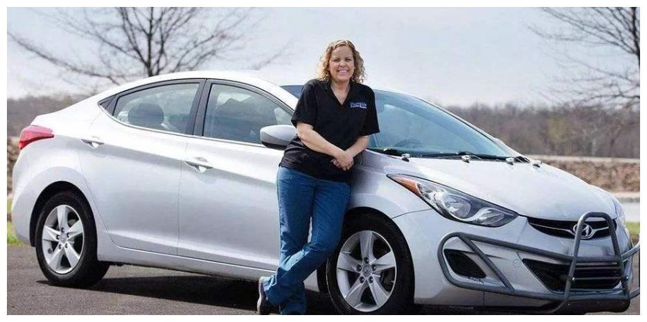 女司机5年跑160万公里,现代汽车送她金车牌框和一辆新车