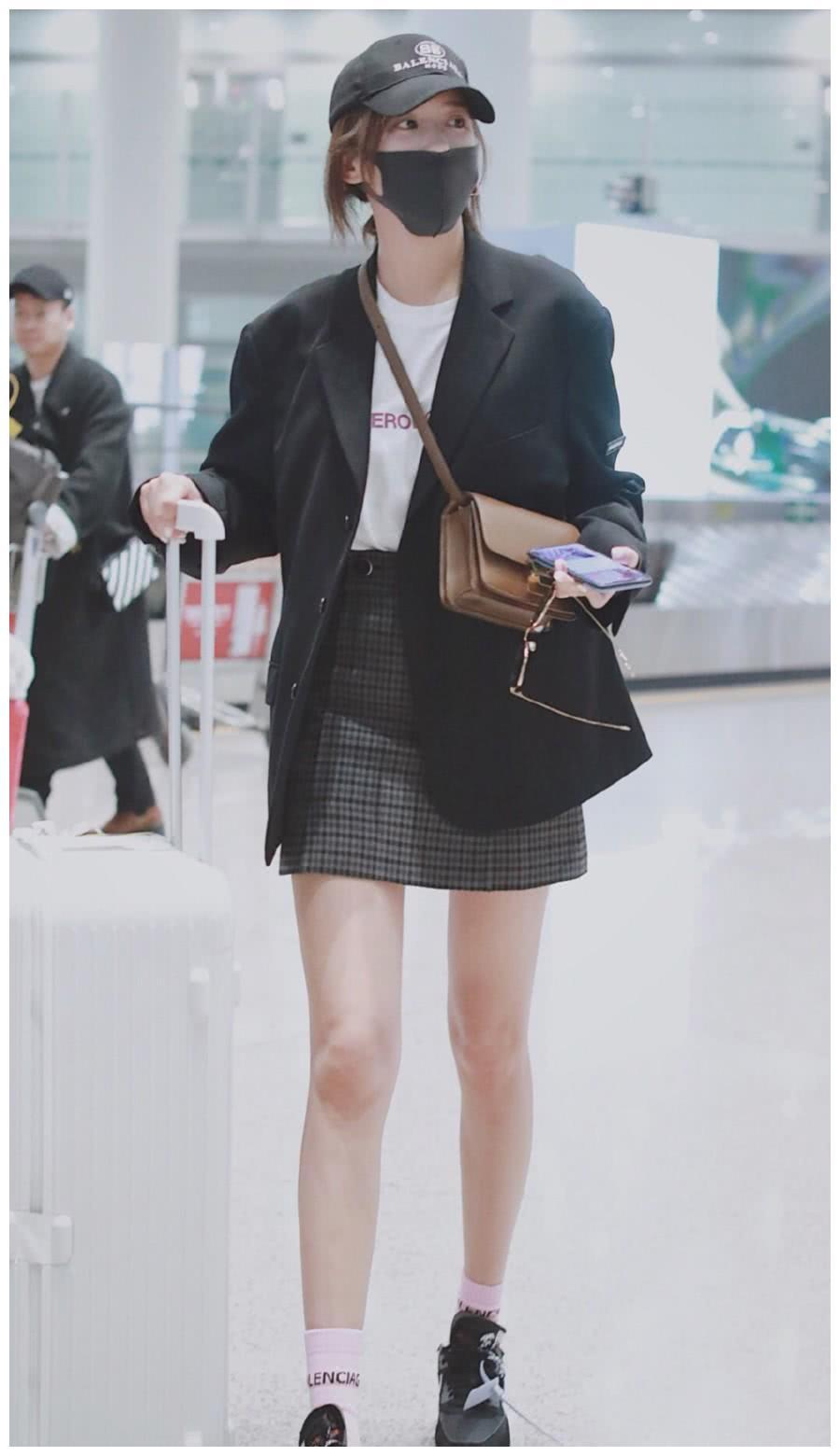 """施予斐太会穿了,宽松西装配格纹短裙,33岁美成""""长腿校花"""""""