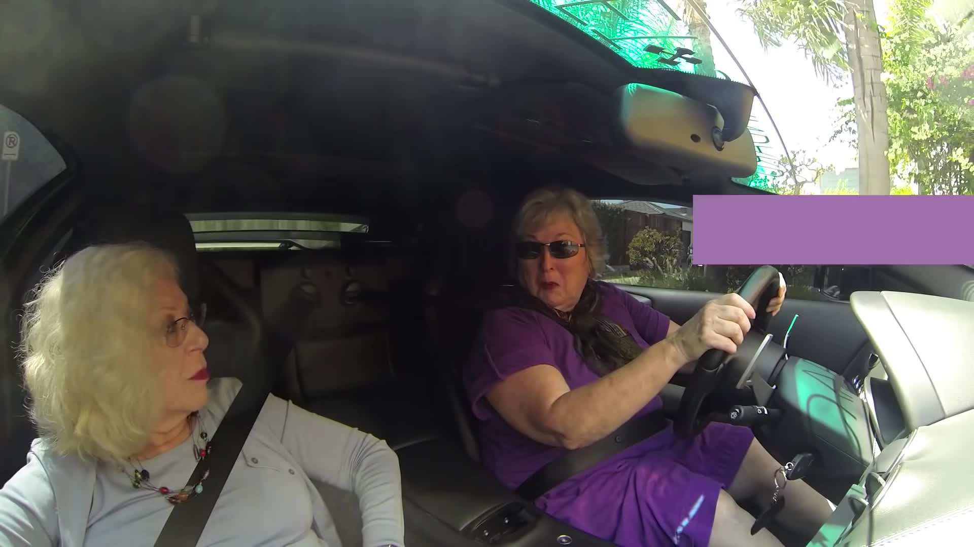 两位奶奶开兰博基尼跑车上街兜风被老爷爷搭讪