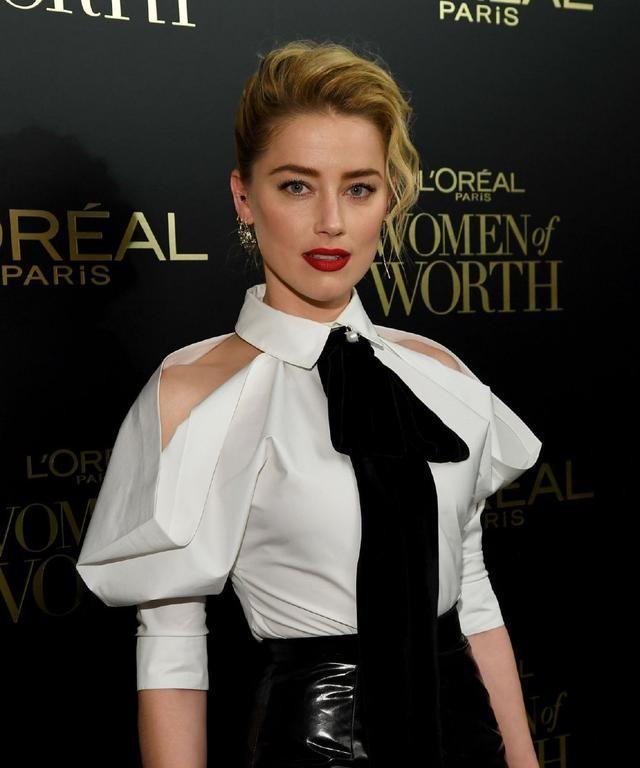 艾梅柏·希尔德白衬衣搭配黑皮裙,瘦回来了,侧颜简直美呆了
