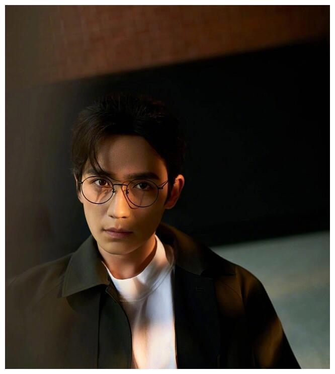 朱一龙全新大片曝光!演绎老上海情怀,圆框眼镜真的超适合居老师