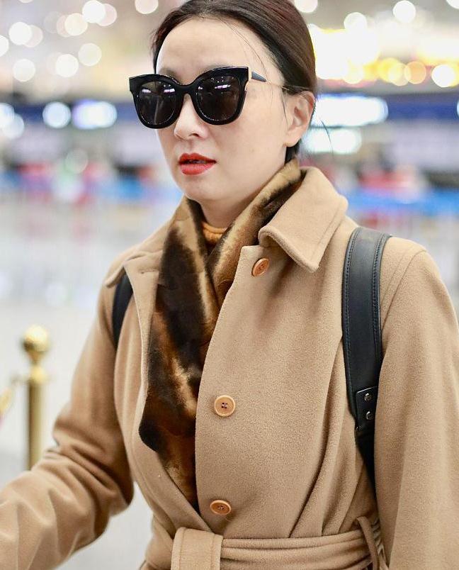 小陶虹穿驼色大衣走机场,搭配毛绒围巾,时尚保暖还显气质!