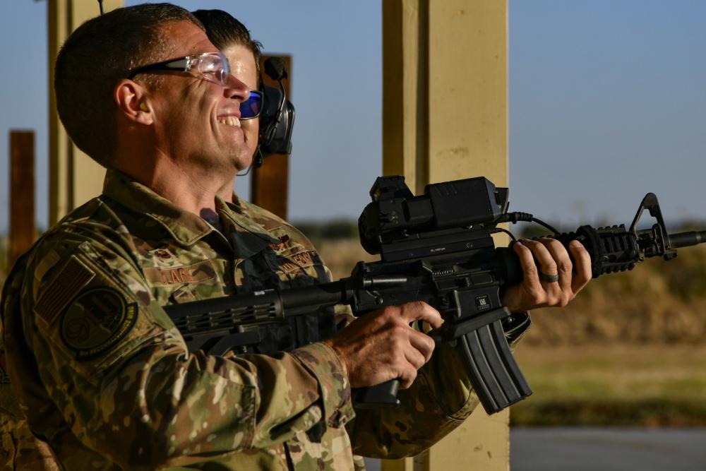 """美军""""智能射手""""步枪瞄准装置,用无人机当靶子检测其精准度"""