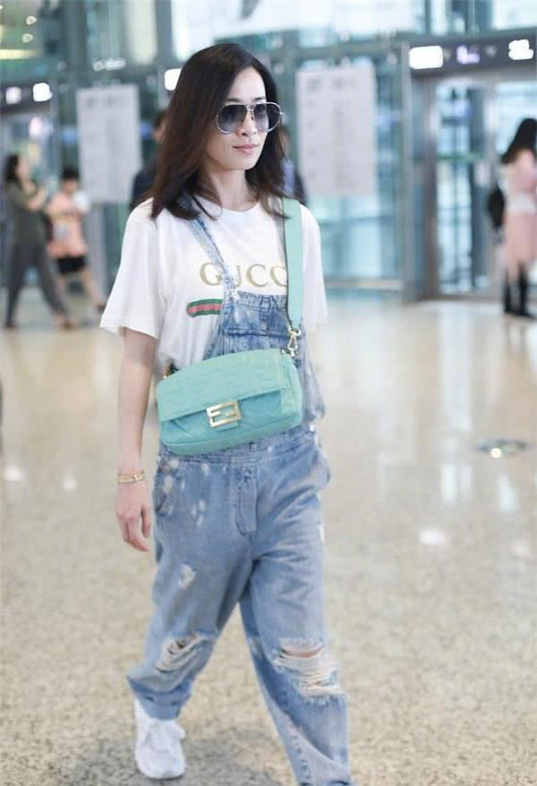 佘诗曼不惧25岁年龄差!学欧阳娜娜穿背带裤,少女感毫不逊色