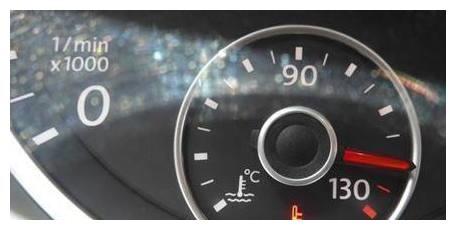 发动机水温高超越了红线,大半司机不知怎么做!教你两招马上搞定
