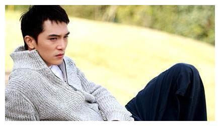唐嫣属于罗晋,杨丞琳属于李荣浩,如今三十七岁的他依旧单着。