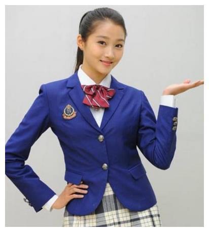 21岁的关晓彤和28岁的谭松韵同穿校服,一个太假一个真过头。