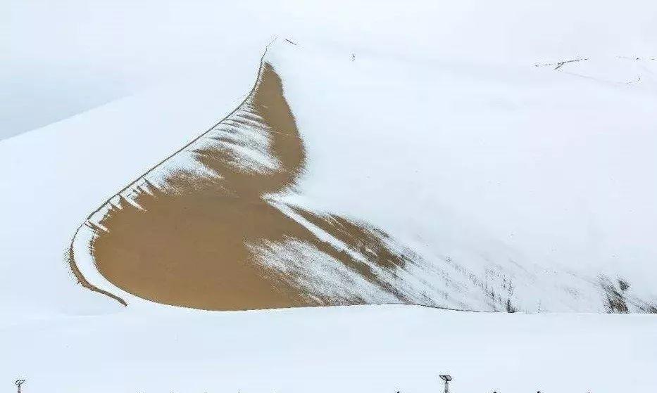 """荒漠已披上""""银装"""",西部多地降雪破纪录,新一波大雪或要下多天"""