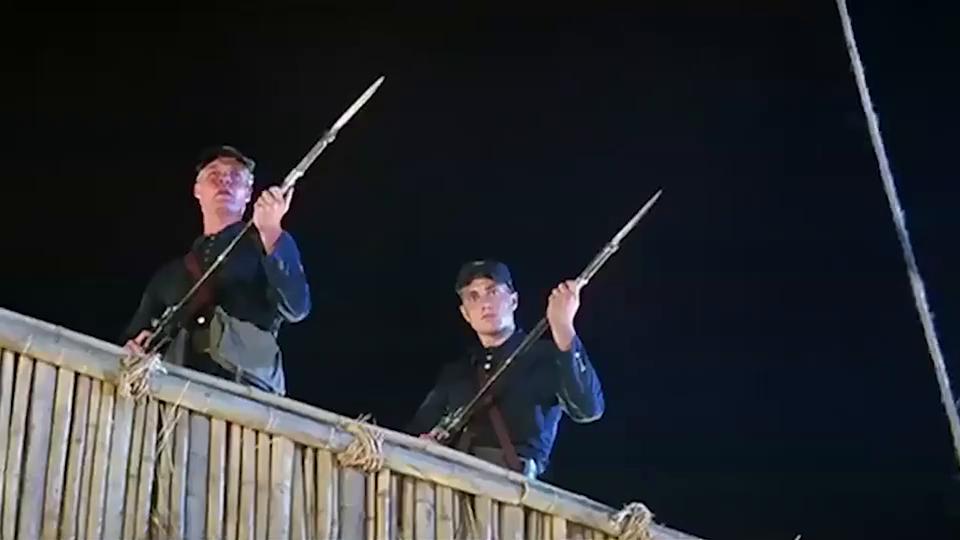洋鬼子找洋鬼子谈判,双方枪战像放鞭炮,场面一顿混乱!