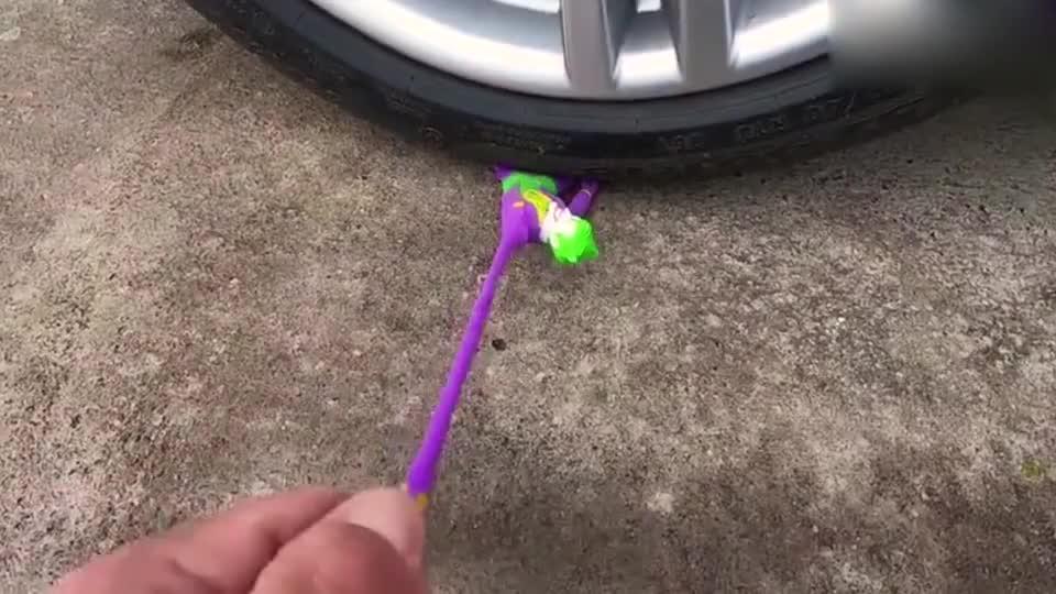 趣味实验:牛人发挥创意脑洞使用小汽车碾压小丑玩偶