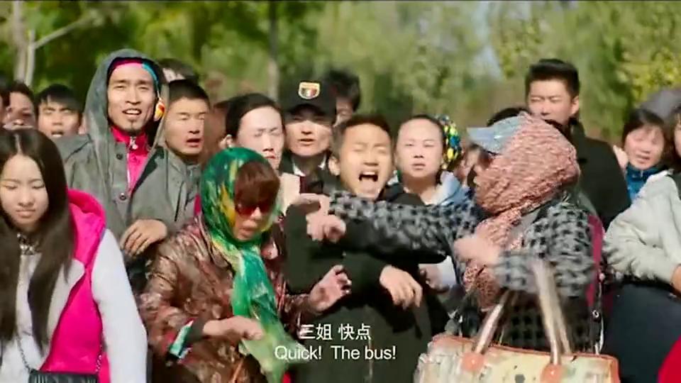 杨幂亲手示范如何第一个上车!就连售票员都看傻眼了!