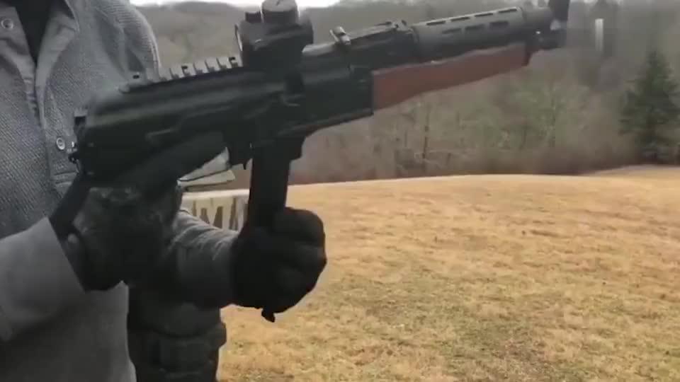 这是小口径AK突击 步枪嘛弹匣是不是小了点
