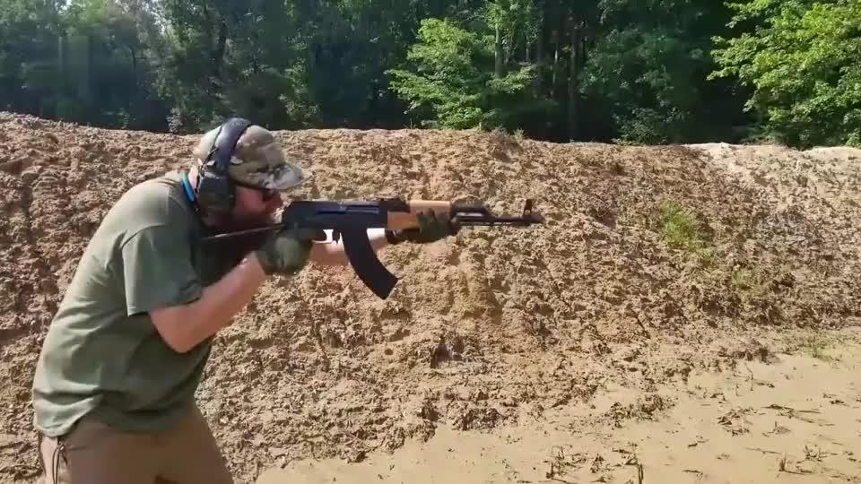 众所周知的AK47突击步枪靶场射击 简单抗造是它最大优点