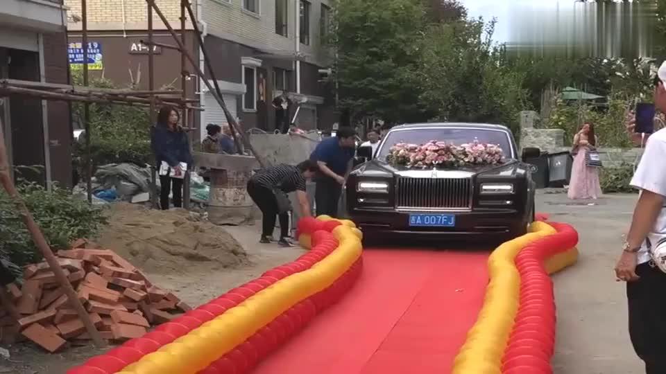 劳斯莱斯碾压气球环保又炫富城里人结婚就是讲究