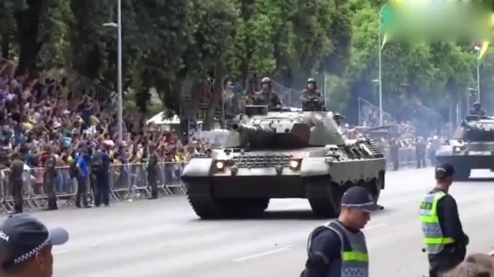 2019巴西独立日阅兵坦克方队驶来群众欢呼呐喊