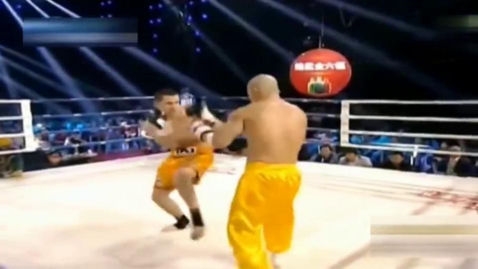 武僧一龙心情不好擂台上暴打KO对手,裁判吓得不敢上前