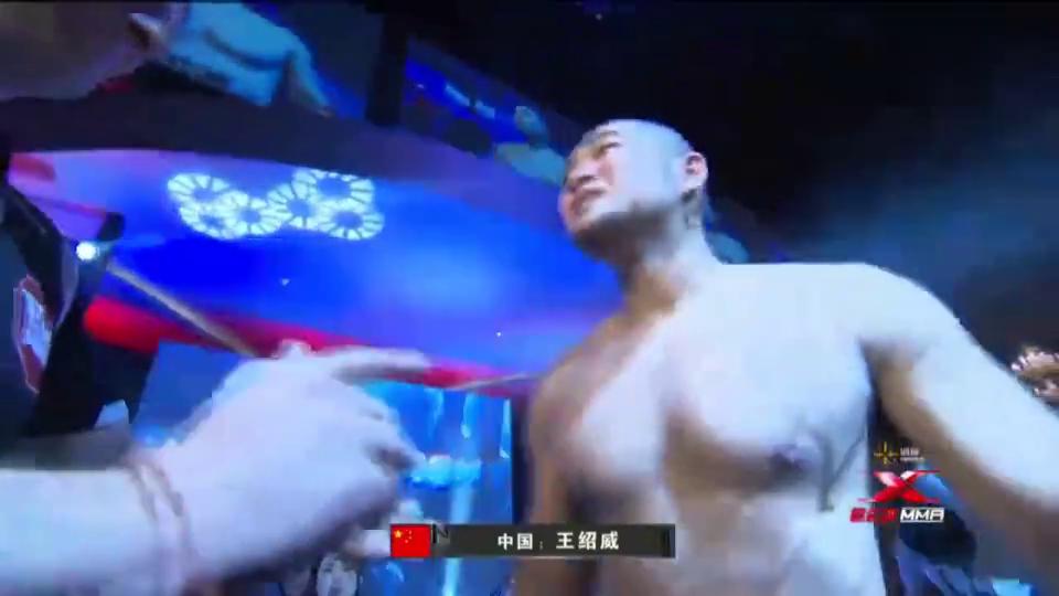 王绍威地面全面压制对手,直接连续重拳TKO彼得·达文波特获胜