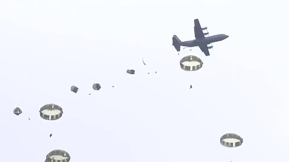 实拍日防相河野太郎体验伞降训练 大喊加油从11米高塔跳下
