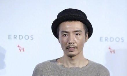 朴树被传离婚后携妻现身,穿破洞毛衣不像46岁,吴晓敏穿搭显低调