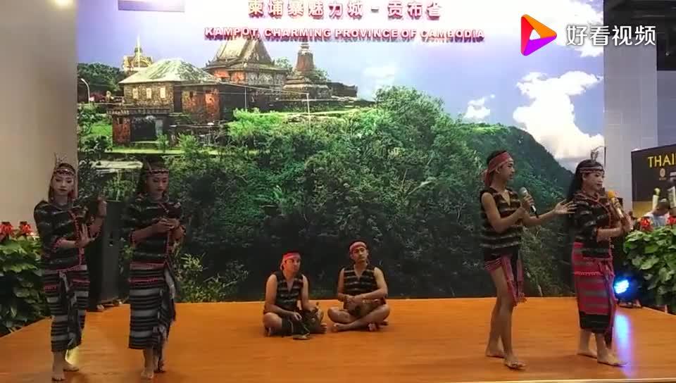柬埔寨风情美女在中国-东盟博览会上唱歌起舞