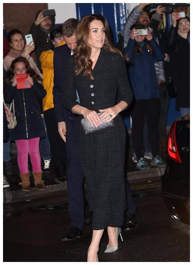 凯特好不容易高调一回!胯太窄穿啥都不好看,纽扣黑裙都撑不起来