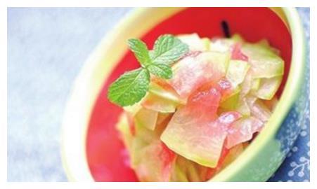 夏天吃完西瓜,西瓜皮别扔,用来做菜能消暑利尿,去痱子美白