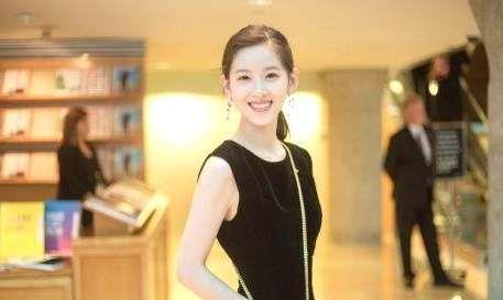 刘强东媳妇章泽天或将赴剑桥念书,门生证被暴光,证件照清纯可儿