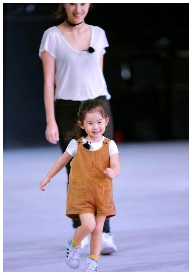 郑希怡女儿小浸浸3岁生日,打扮和玩偶一样,现场温馨有爱