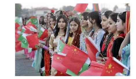 中国游客去巴基斯坦游玩,笑着和当地姑娘打招呼,美女只摇了下头