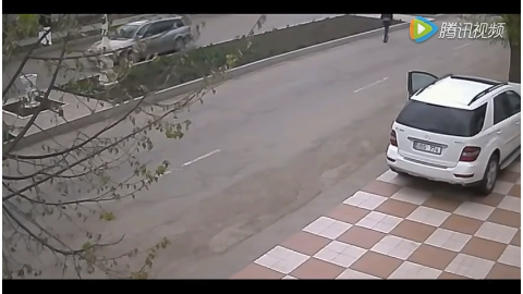 女司机刚把车停好后 接下来不可思议的一幕发生了