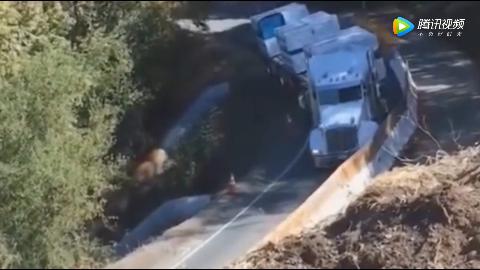 货车太自信无视危险强行通过,监控记录一幕