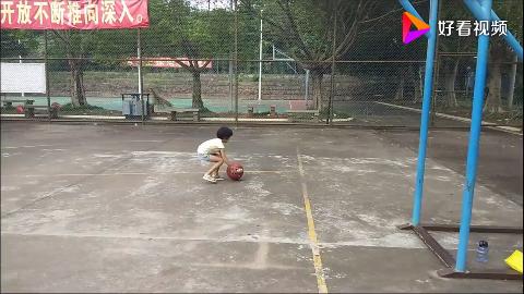 带大宝去打篮球小家伙却玩出了跳舞的境界老爸都看懵了