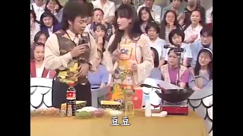 女神周慧敏现场大展厨艺炒菠萝饭,一边炒饭一边跳舞,太搞笑了!
