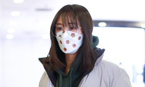 """郑爽素颜现身机场,戴大框眼镜""""撞上""""倪妮,美出不同的感觉!"""