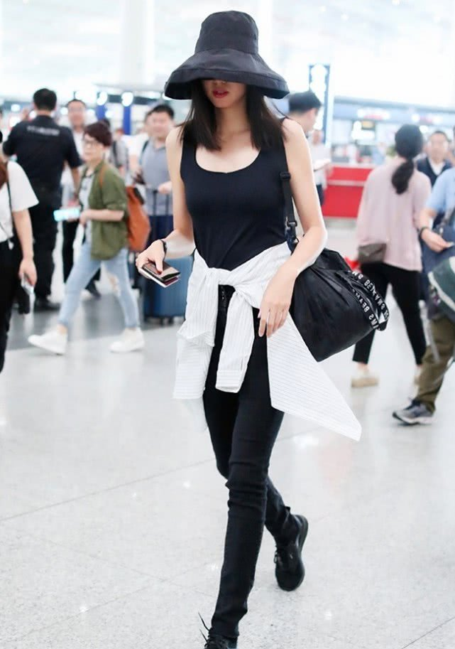 1米82的世界小姐张梓琳出街,腿跟路人形成鲜明对比