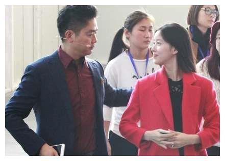 一个动作可看出,奶茶妹妹选择42岁的刘强东多么明智?