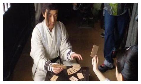 演员片场休息都干啥:胡歌打扑克,霍建华摸鱼,林心如打游戏