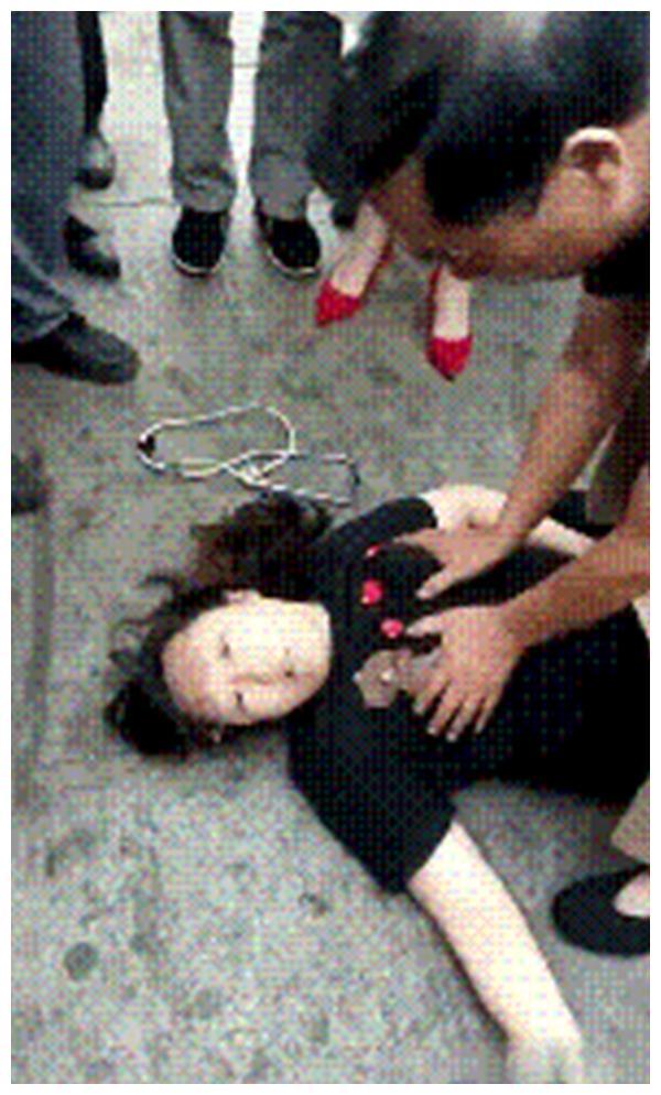 女子中暑晕倒,热心大叔救人,做心肺复苏引起争论