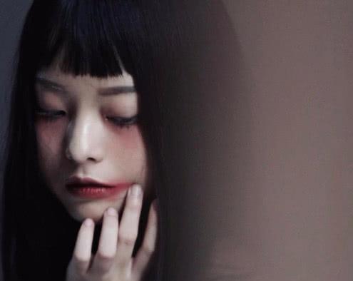 越南忧郁暗黑系女模特走红,本以为长发够美了,没想到短发更迷人