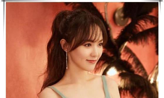 本以为唐嫣穿吊带裙是最美的,看到佟丽娅,才知道什么叫仙姿玉貌