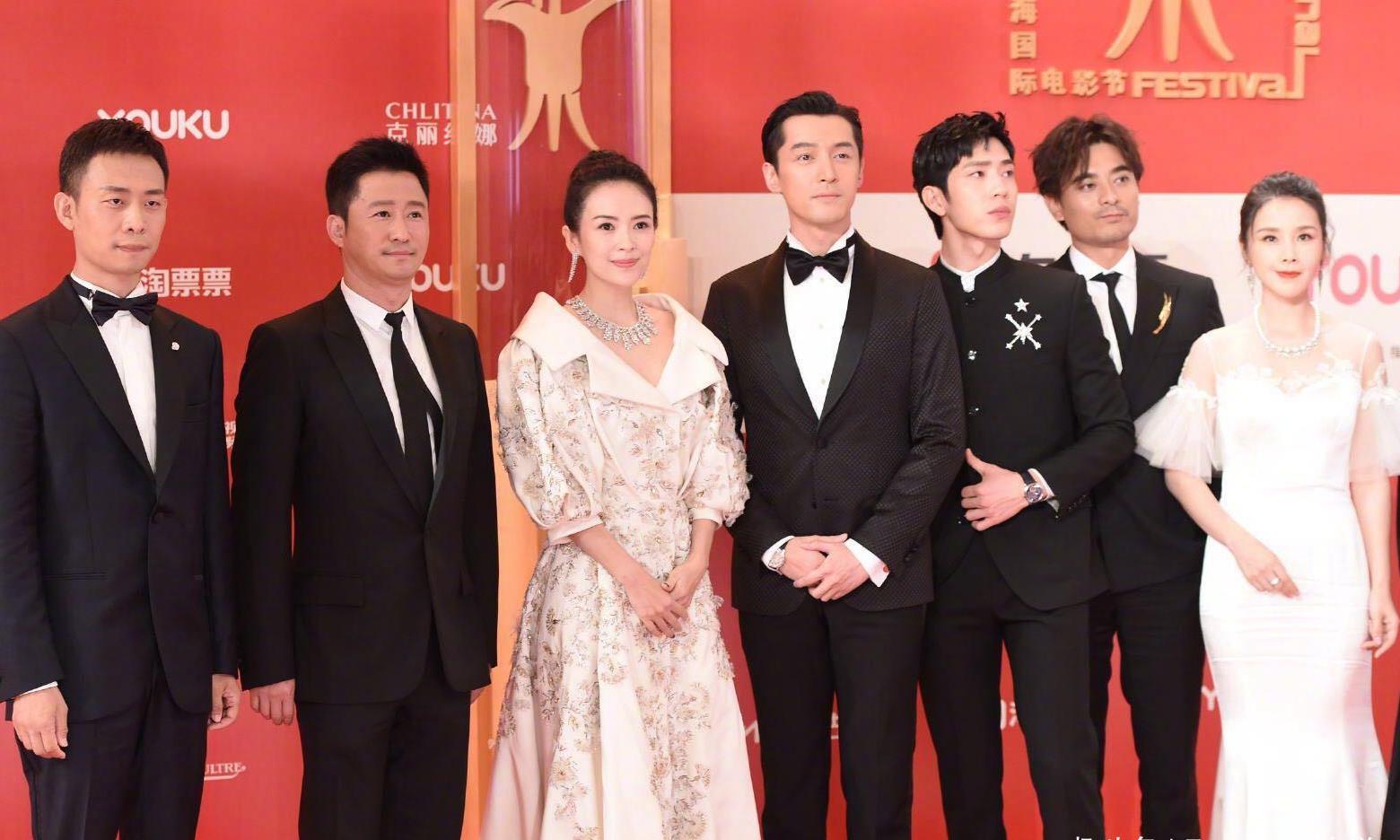 章子怡上海电影节走红毯,一袭复古蓬蓬裙搭丸子头,美得优雅高级