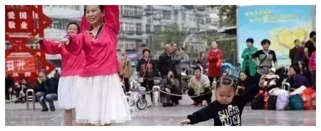 牛,3岁娃娃不但会跳20多种广场舞,还跳坏了5把扇子!