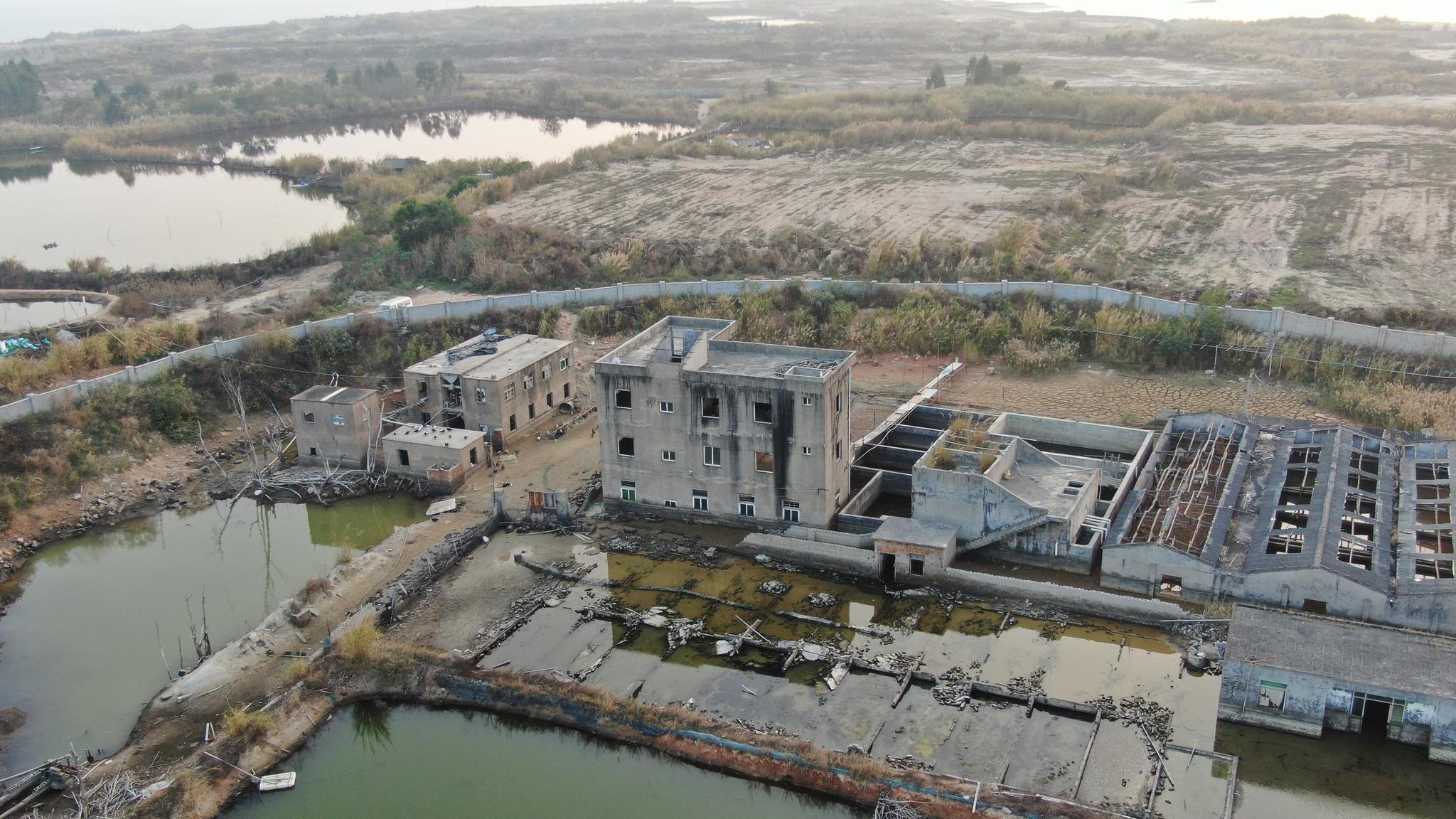 在福建厦门沿海边的一处荒岛,有的房子都泡在水里,还有住户吗
