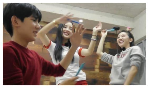 《青春旅社》最新剧照,王源蹦床唱歌嗨不停
