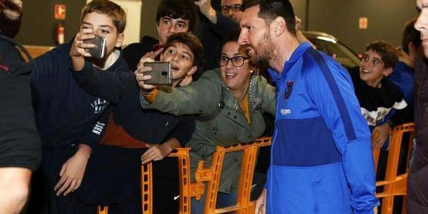 格列兹曼的长发空中飞舞,皮克的鞋好骚,梅西出现时球迷陷入疯狂